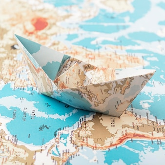 Concetto di viaggio con barchetta di carta