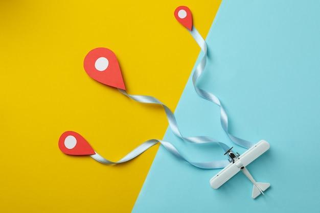 Концепция путешествия с бумажным самолетиком на двухцветном фоне