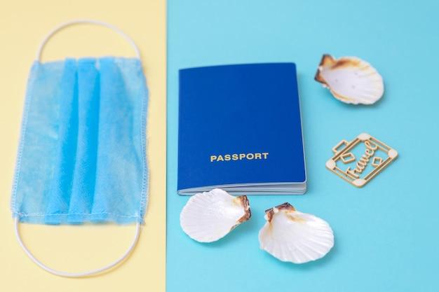Концепция путешествия с паспортом и маской.