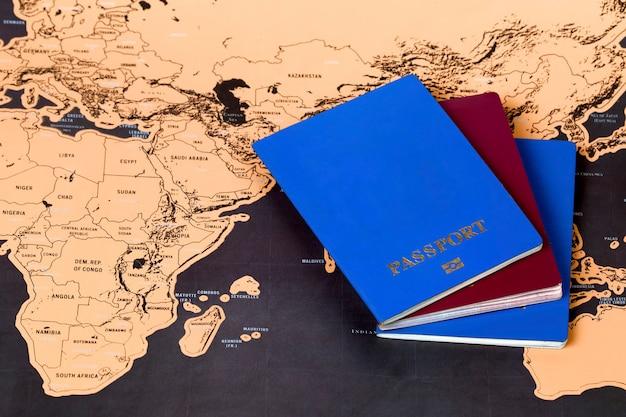 マップ上のパスポートと旅行の概念