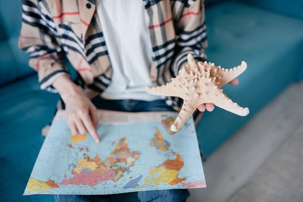 여행 개념. 어린 소년은 그가 지구본을 사용하면서 여행을 꿈꿉니다.