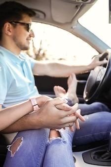 トラベル。カップルが車で旅行します。