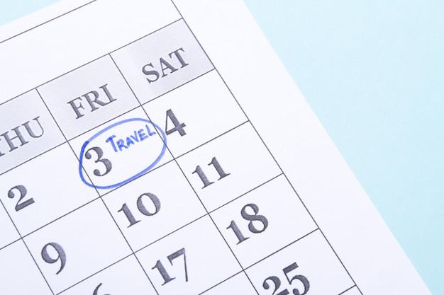 파란색 펠트 펜 캘린더 표시로 표시된 여행일은 중요한 약속을 상기시킵니다.