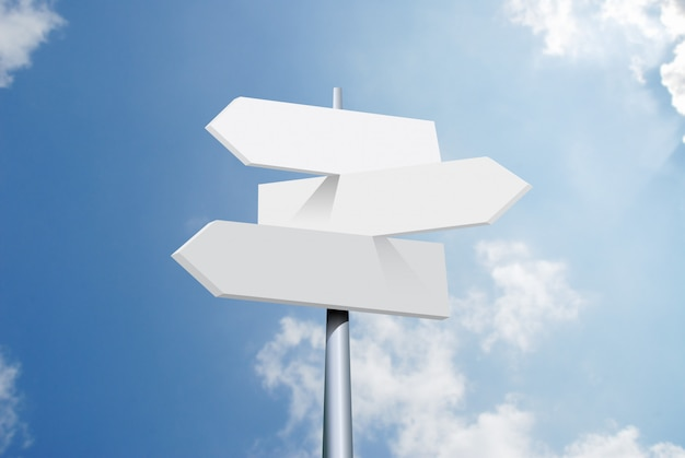 여행 목적지 옵션. 하늘과 구름에 화살표가있는 방향 도로 표지판