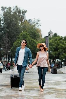 愛する人と一緒に場所を発見する旅行
