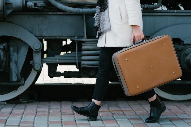 旅行ファッションアクセサリー。流行に敏感なヴィンテージレトロスーツケーススタイル。輸送の旅の目的地。駅の女性。