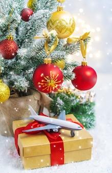 Путешествие на рождество. самолет с рождественским декором. выборочный фокус. праздник