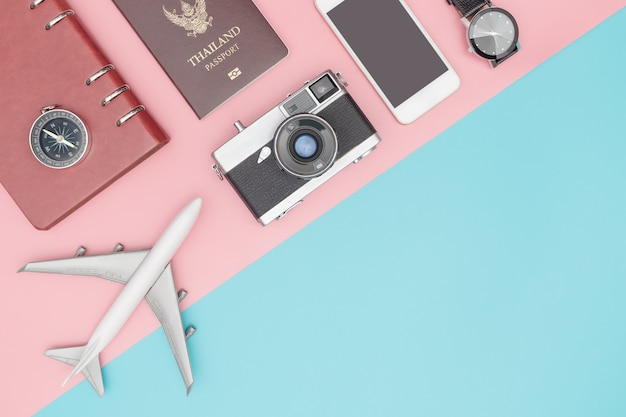 Гаджет для путешествий и аксессуары на синем и розовом пространстве для копирования