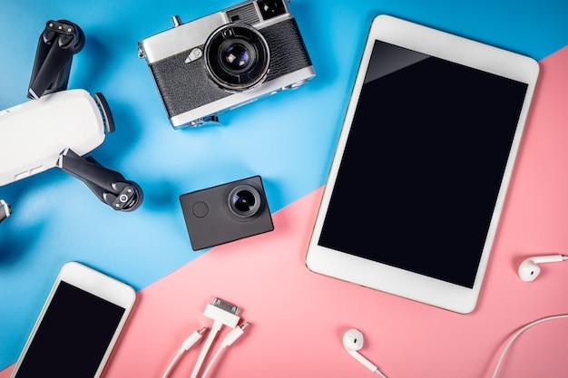 빈 태블릿 화면이있는 여행용 가제트 및 개체 프리미엄 사진