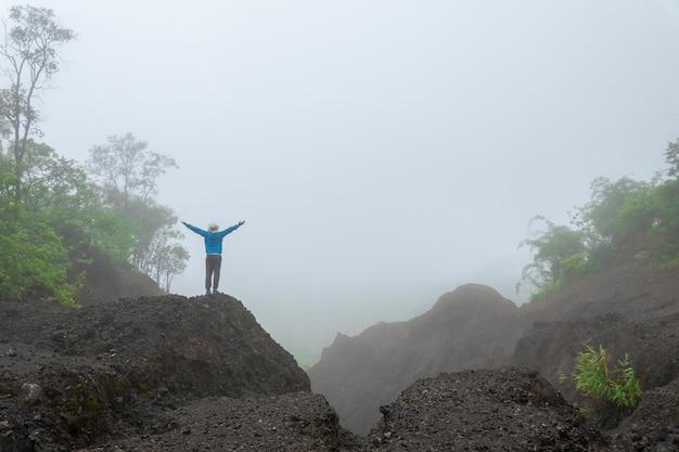 Путешествие пешие прогулки по лесу горный вид утренний туман в азии. концепция активного приключения