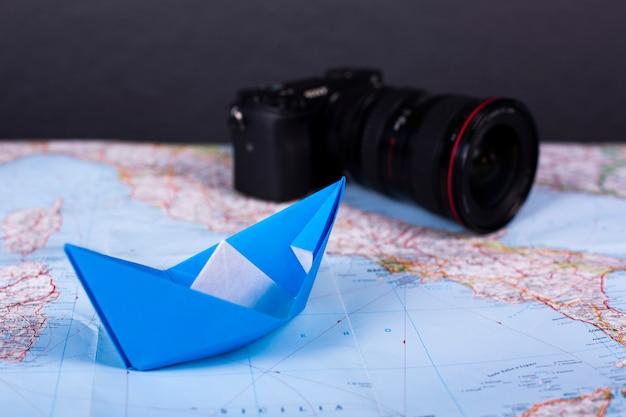 旅行休暇休暇の概念折り紙手作りのペーパークラフト紙の船がイタリアの近くの地図にスタジオンショットを閉じる