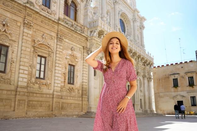 イタリア旅行。カメラ、プーリア、イタリアを見てレッチェを訪れる魅力的なファッションの女性。