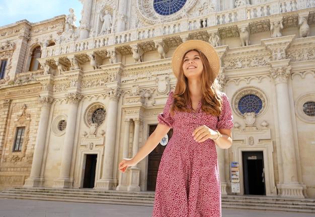 イタリア旅行。晴れた日にレッチェのサンタクローチェバロック大聖堂を訪れる美少女。イタリア、プーリアの夏休み。