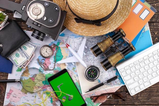 テーブルの上の旅行アイテムとアクセサリー。