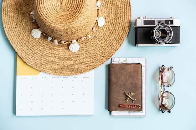 Предметы для путешествий и календарь