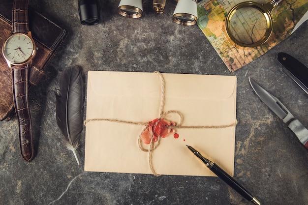 회색 대리석 테이블에 여행 상품 및 빈티지 편지