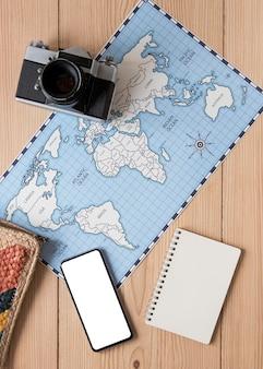 Articoli da viaggio su sfondo di legno sopra la vista