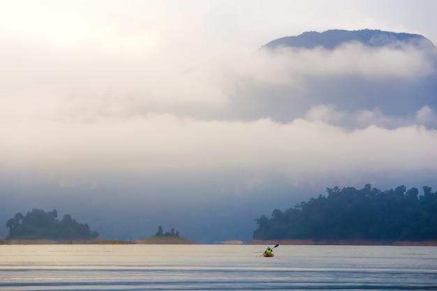 女性と一緒にカヤックやカヌーを旅行しましょう。山を見る