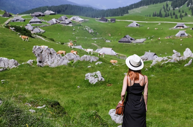 Концепция образа жизни путешествия красивая женщина наслаждается видом на альпийскую деревню в горах