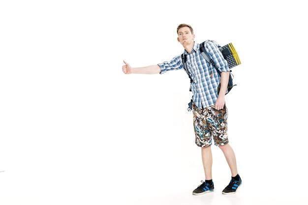 Путешествие человек автостопом молодой самец автостопом на белом фоне