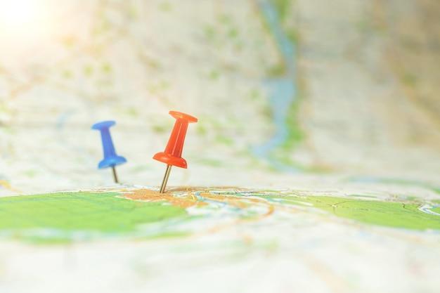 Фон карты путешествий с красной и синей булавкой, концепция маркера красной точки для путешествия или кругосветного путешествия, фотография с селективным фокусом
