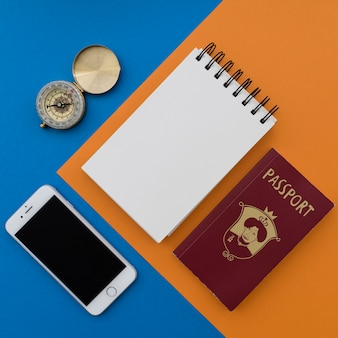 Oggetti di viaggio con blocco note e smartphone