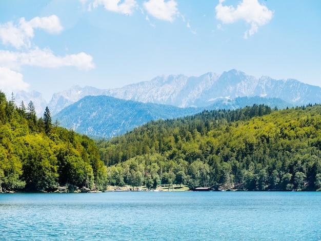 バイエルン州アルプスを背景に山の湖を旅する