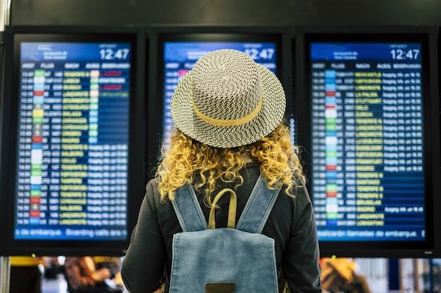 공항 또는 기차역 개념 여행 사람들