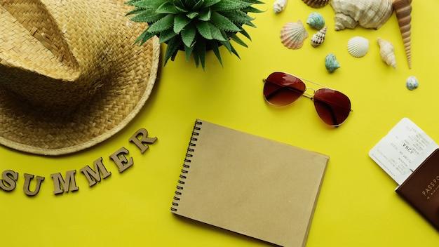 旅行計画のコンセプト。サングラス、帽子、パスポート、メモ帳からの夏の休日、休暇、旅行、観光の背景。上面図。平干し。
