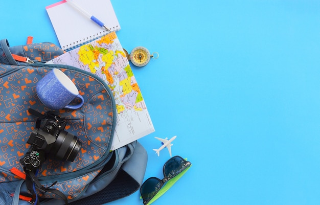 Планирование поездки основные предметы для отпуска в рюкзаках Premium Фотографии