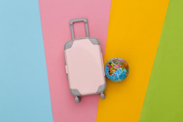 여행 계획. 미니 장난감 여행 가방 및 글로브