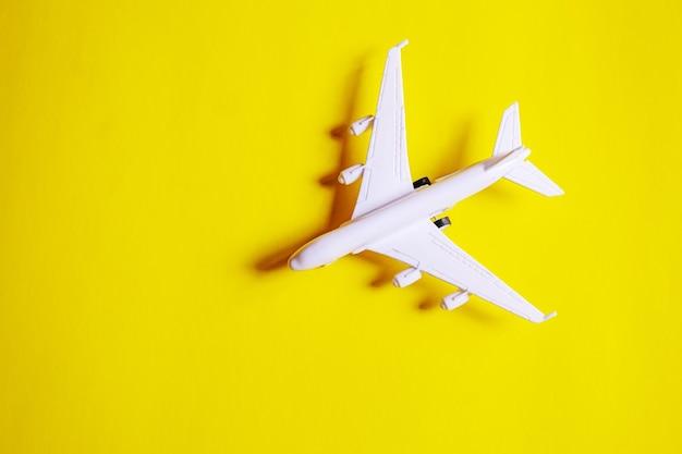 Концепция подготовки путешествия самолета, денег, паспорта, на желтом фоне. выборочный фокус. праздники
