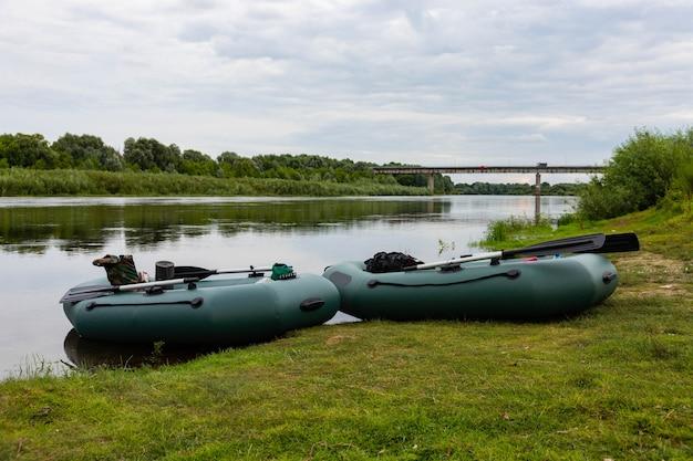 旅行、川での膨脹可能なゴムボートでのラフティング。アクティブなレクリエーションの概念。