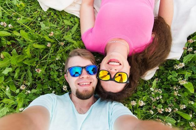 여행, 관계 및 사람들 개념-셀카를 복용하는 카메라를보고 아름다운 사랑스러운 커플