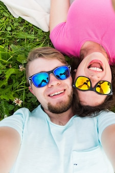 旅行の関係と人々のコンセプト美しい素敵なカップルが自分撮りトップ
