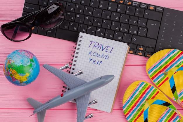 여자 여행자 액세서리와 함께 노트북에 왕복 여행