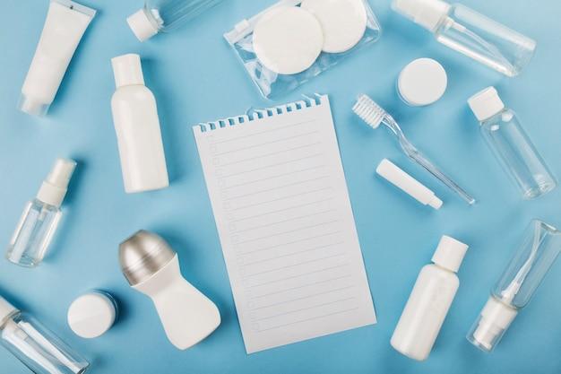 小瓶を旅行、上面図、コピー領域の青い背景に設定