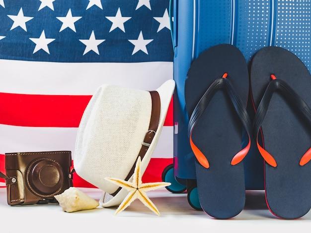 Чемодан путешествия и американский флаг. концепция отдыха и путешествий