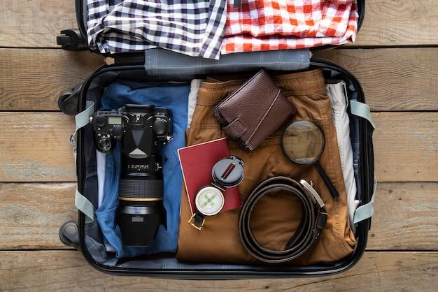 Valigia da viaggio e imballaggio dei preparativi