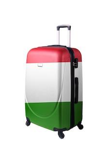 Дорожный чемодан с флагом италии. место отдыха, чемодан, изолированные на белом фоне