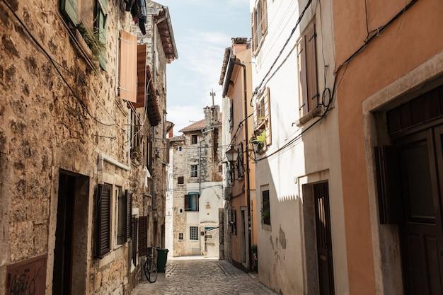 여행 여름 개념. 유럽, 크로아티아, rovinj의 오래 된 도시 전망. 셔터를 가진 오래 된 건물을 가진 빈 거리입니다.