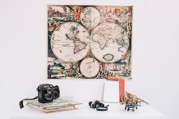 Путевые материалы на столе возле карты