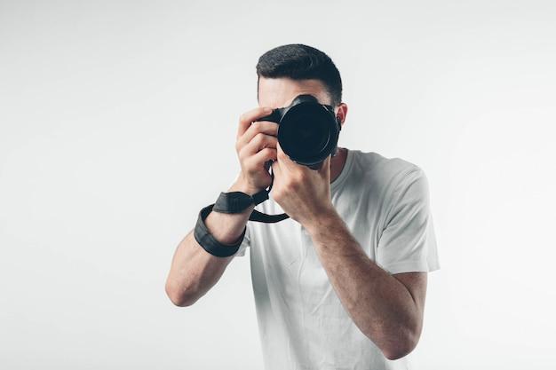 여행, 기술 및 라이프 스타일 개념 : 젊은 수염 된 사진 작가 디지털 카메라로 사진을 찍고.
