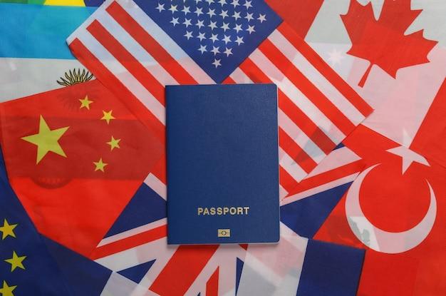 여행 테마. 국가의 많은 깃발의 배경에 여권