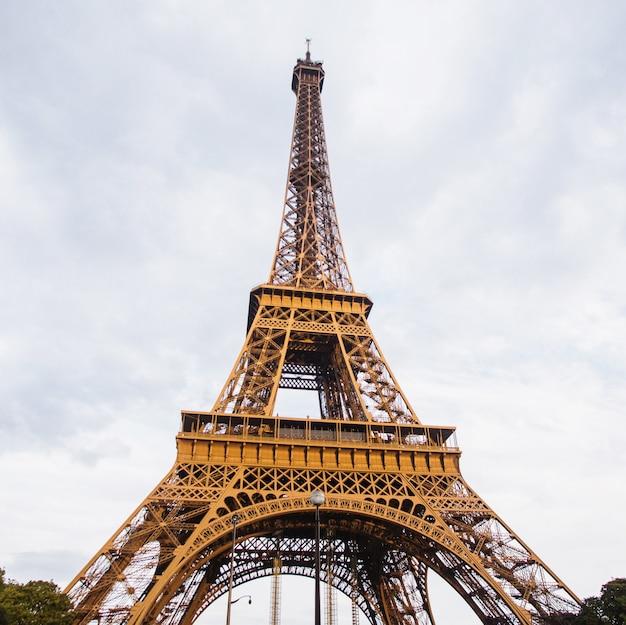 ヨーロッパを旅する。パリの空を背景にエッフェル塔。フランスの観光名所