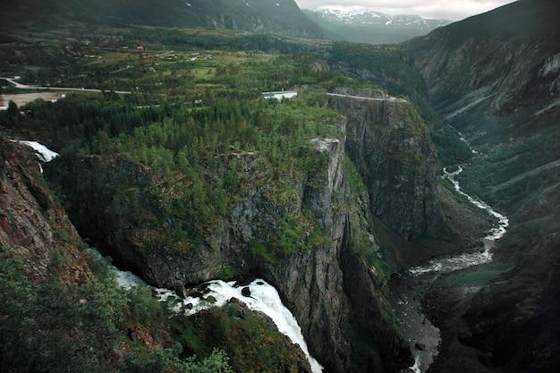 Путешествие в норвегию, водопады текут с гор