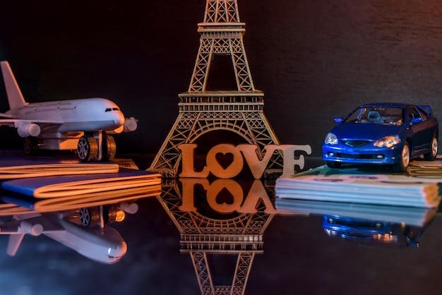 어둠 속에서 장난감 자동차와 비행기로 파리 여행