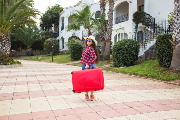 여행, 관광 및 사람 개념입니다. 행복 한 젊은 여자 빨간 가방으로 여행 하 고 웃 고.
