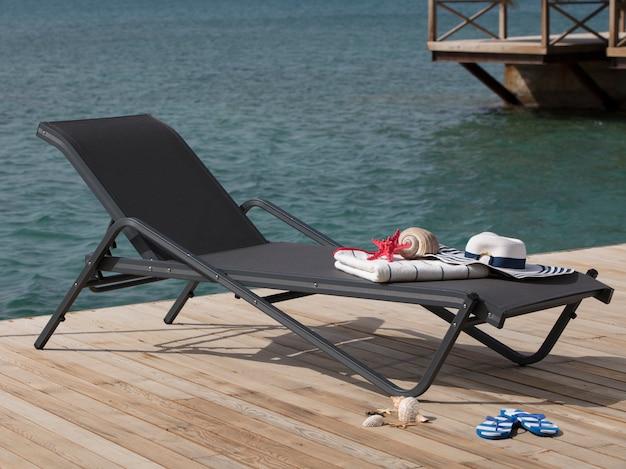 旅行、観光、休暇の概念。観光客を待っている太陽のベッド