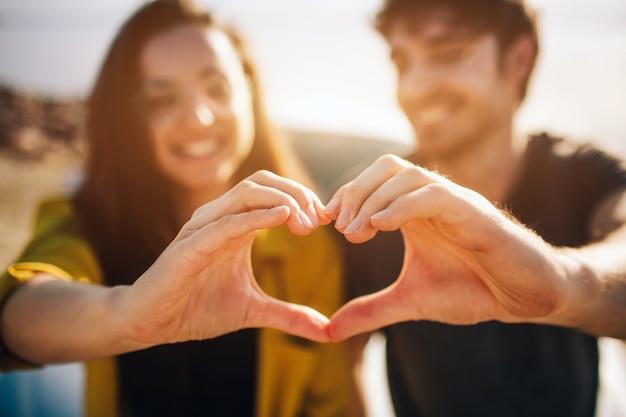 旅行、観光-カップルは両手でハートを作りますカップルは両手でハートを作ります。